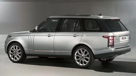 Ikke vanskelig å se inspirasjonen fra lillebror Evoque i nye Range Rover. Hovedinntrykket er mer sporty, fronten har blitt adskillig lavere og bilen har også blitt større.