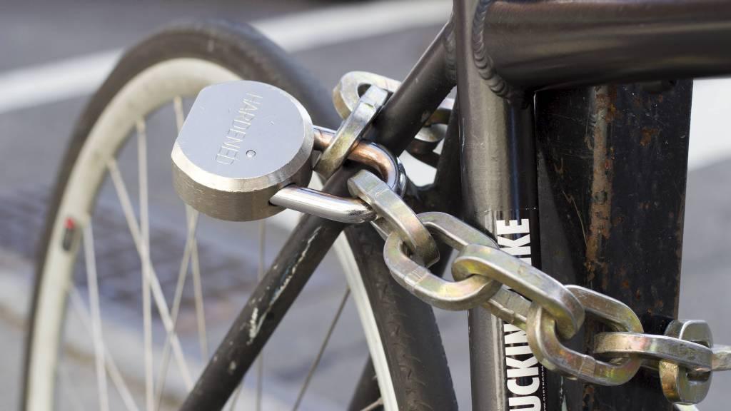LURT Å LÅSE: I 2011 ble 13.616 sykler meldt stjålet i Norge. Det sikreste er å lenke tohjulingen din godt fast før du forlater den, slik man har gjort her. (Foto: Illustrasjonsfoto/Colourbox/)