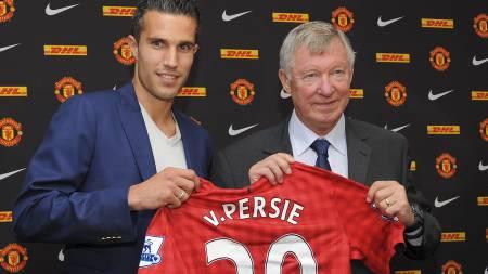 Robin van Persie, left, poses for pictures alongside manager Sir Alex Ferguson (Foto: ANDREW YATES/Afp)