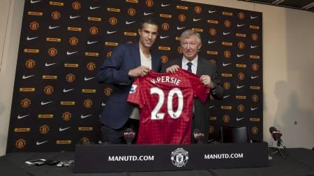 Robin van Persie, left, poses for pictures alongside manager Sir Alex Ferguson (Foto: Jon Super/Ap)