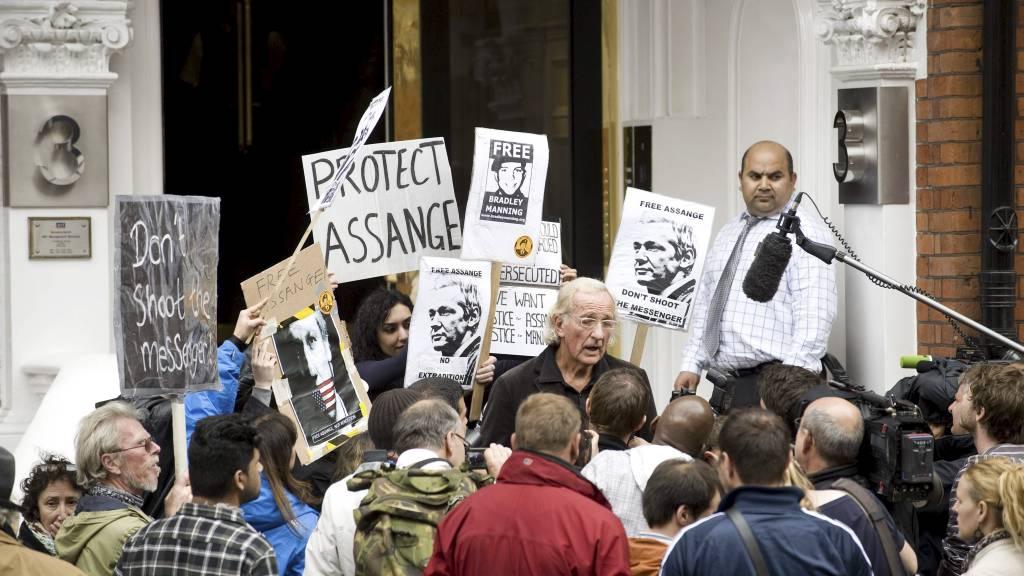 SØKER ASYL: WikiLeaks-grunnlegger Julian Assange har søkt tilflukt på den ecuadorianske ambassaden i London i et forsøk på å unngå utlevering til Sverige hvor han er anklaget for seksuelle overgrep. Nå er han innvilget asyl i Ecuador. (Foto: Gavin Fogg/Afp)