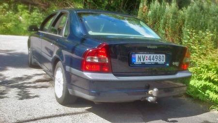 Om S80 fikk kjeft for å være litt anonym i designet, hadde den i hvertfall den typiske Volvo-svingen over linjene der bak. På samme måte som med Chris Bangles famøse BMW 7-seriedesign ble også dette omdiskutert, men ga i hvertfall identitet. (Foto: Privat)
