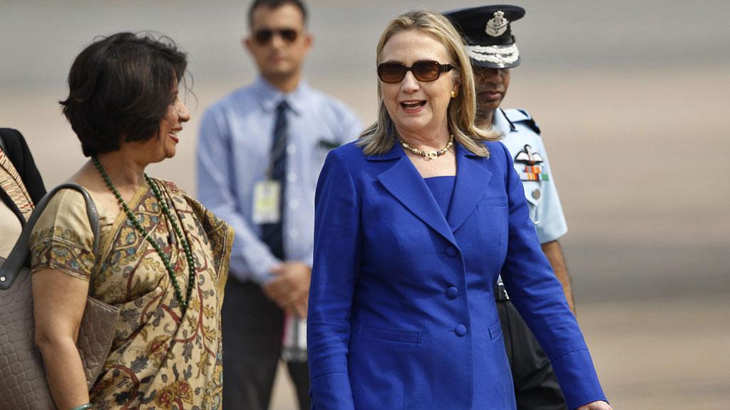 KNUSKTØRR CLINTON: Hillary Clinton mottas av Indias USA-ambassadør Nirupama Rao i New Delhi 7. mai. (Foto: SCANPIX)