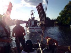 Redningsselskapet måte slepe, og bruene opp for å få Kon-Tiki inn til Tønsberg.  (Foto: Torgeir Higraff)