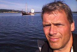 Torgeir Higraff fulgte slepet med lettbåten. (Foto: Torgeir Higraff)