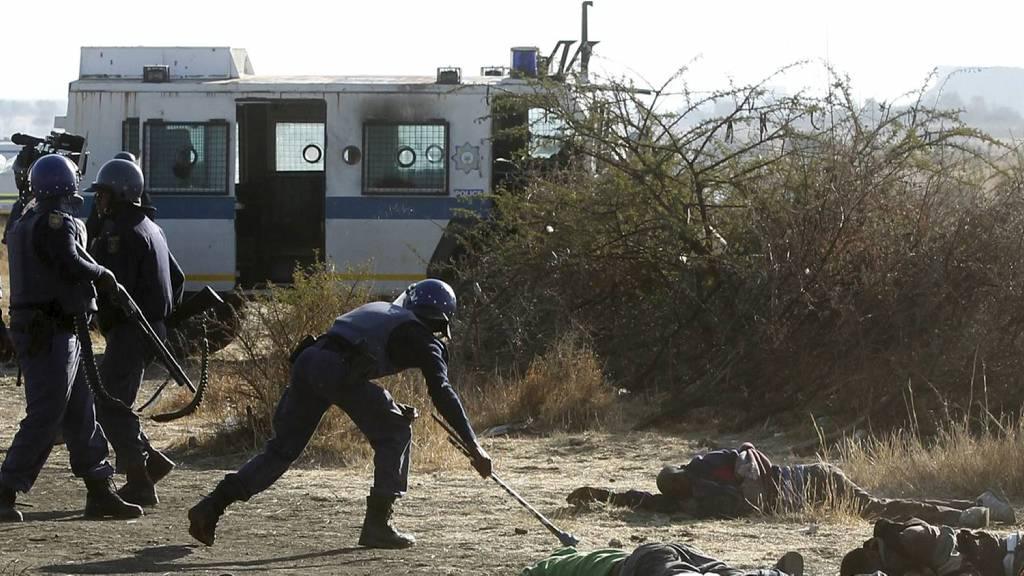 BLIR GRANSKET: Opprørspolitiet i Sør-Afrika skal granskes etter at streikende gruvearbeidere ble skutt og drept. (Foto: SIPHIWE SIBEKO/Reuters)