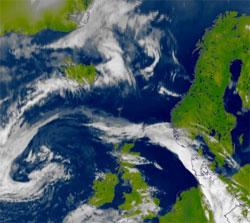 Satellittbildet tatt klokken 12.30 viser lavtrykket vest for Storbritannia, og fronten som nå beveger seg nordover Sør-Norge. (Foto: EUMetsat / MI)
