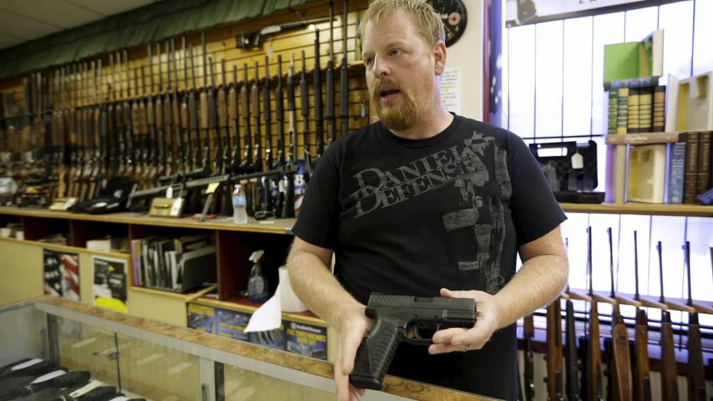 VIKTIG RETTIGHET: Amerikanerne mener retten til å bære våpen er viktig. Her viser Eric Grabowski frem et håndvåpen av samme type som ble brukt til å skyte og drepe flere mennesker i Wisconsin. (Foto: JOHN GRESS/Reuters)