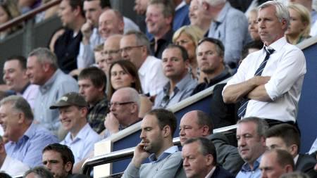 Alan Pardew ble sendt på tribunen mot Spurs. (Foto: SCOTT HEPPELL/Ap)
