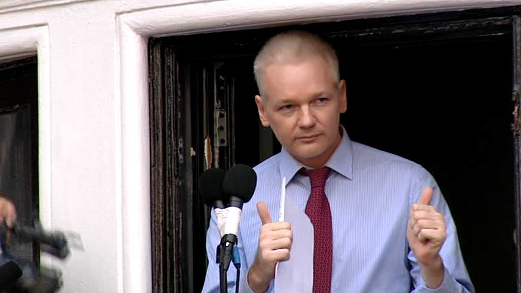 Assange_balkong (Foto: APTN)