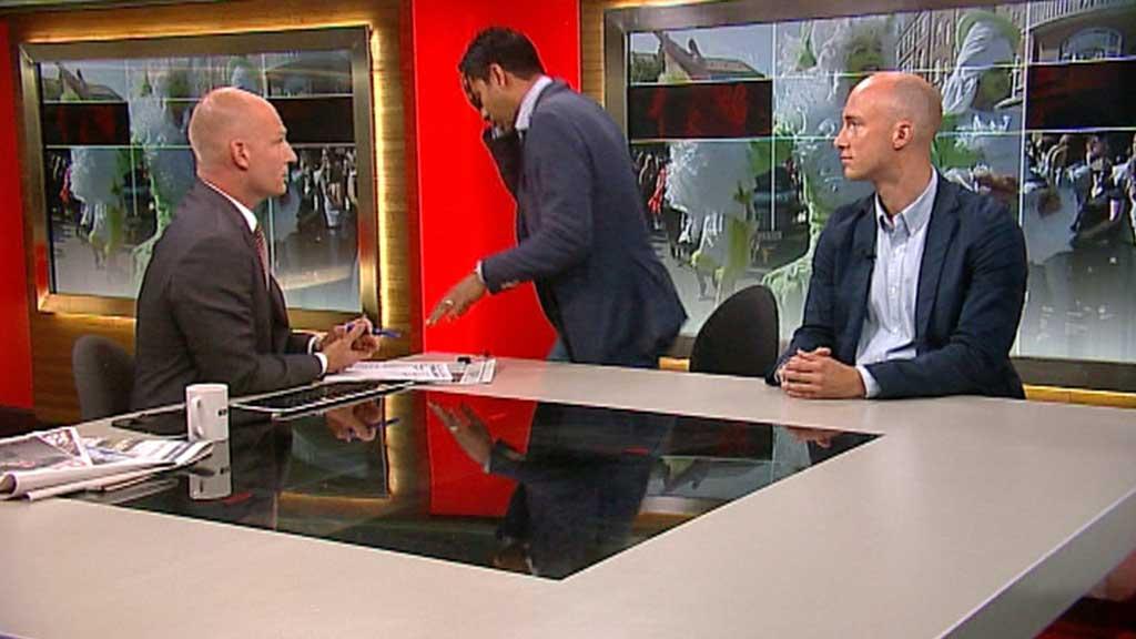 MÅTTE FORLATE STUDIO: Situasjonen ble dramatisk da den danske likestillings- og kirkeministeren Manu Sareen plutselig ble dårlig.  (Foto: TV 2 NEWS)