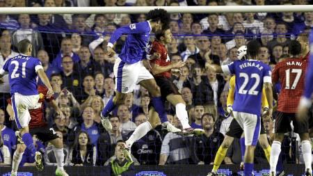 OVERLEGENT:   Marouane Fellaini knuste Michael Carrick i luften da han headet Everton   i ledelsen. (Foto: Peter Byrne/Pa Photos)