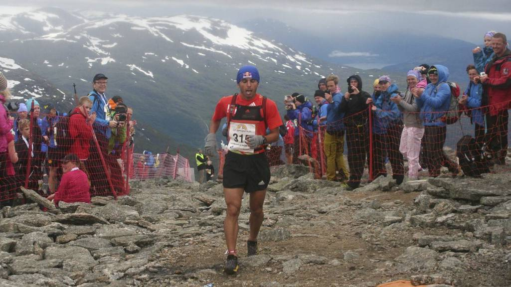 REKORDLØPER: Ahmet Arslan lå lenge bak sine egne rekordpasseringer fra i fjor, men hadde full kontroll på løyperekorden det siste stykket opp Skåla i Nordfjord. Den store heiagjengen hjalp godt på! (Foto: Jan Erik Sandbakk/)