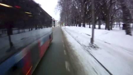 SNITTKJØRING: På sleipt vinterføre presser leddbussen seg forbi syklisten med bare noen centimeters klaring. Heldigvis gikk det bra denne gangen... (Foto: Morten H. Lode/)