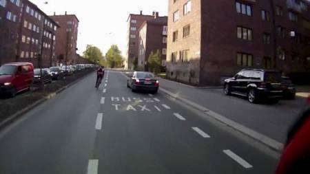 RYGGER I SYKKELFELTET: Mercedesføreren tar ingen hensyn til syklisten, som må kaste seg til side for ikke å bli truffet av den ryggende bilen i sykkelfeltet. (Foto: Morten H. Lode/)