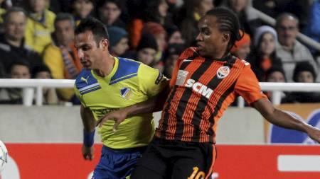 Willian i duell med APOELs Savvas Poursaitides (Foto: TALAR KALAJIAN/Afp)