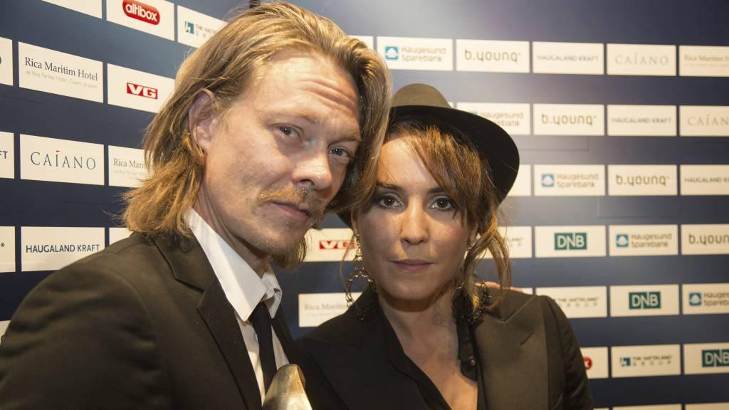 Årets kvinnelige skuespiller, Noomi Rapace, hyller årets mannlige skuespiller, Kristoffer Joner. (Foto: Henrik Torjussen/Stella Pictures)