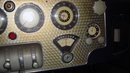 Det vakre detaljarbeidet fantes også innvendig. På samme måte   som Auburn og Duesenberg hadde også Cord rosepolert aluminium og - i   forhold til tiden - et enormt utvalg av instrumenter på dashboardet.   (Foto: eBay)