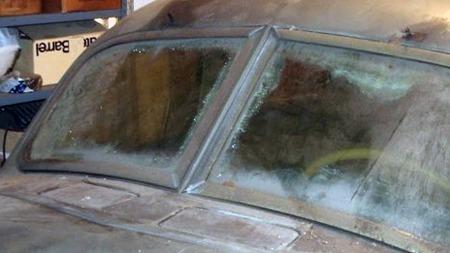 Etterhvert som de nesten 60 årene har gått har det skjedd lite   i garasjen, men laminatslippet har gnagd seg stadig lenger inn fra kanten   av glassrutene på Corden. Heldigvis intet stort problem å erstatte. (Foto:   eBay)