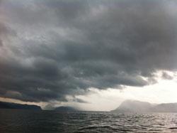 Opphold her, pøsregn litt lenger inne i fjorden. (Foto: Ronald   Toppe)
