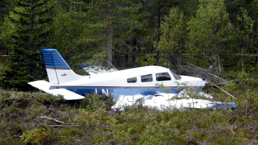 USKADD: En mann i 60-årene og hans datter i 20-årene kom nærmest uskadd fra det da et Piper småfly havarerte på Sæteråsen flyplass i Trysil søndag. (Foto: Trysil Flyklubb/NTB scanpix)