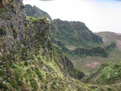 Dette er ikke fast fjell, men store hauger av vulkansk aske. Det går ofte jordskred her. (Foto: Ronald Toppe)