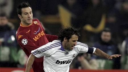 Marco Cassetti og Raul (Foto: GREGORIO BORGIA/AP)