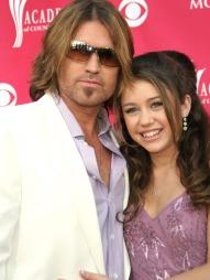 FAR OG DATTER: Miley Cyrus og faren Billy Ray Cyrus spilte mot hverandre i Disney-serien «Hannah Montana». (Foto: Arlene Richie/jpistudios, ©TS)