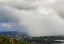 Slik så det ut fra Bønes mot Nesttun i Bergen onsdag. Det falt totalt 43,6 millimeter nedbør i Bergen, det meste i løpet av korte intense byger som den på bildet. (Foto: Arnt Lund)