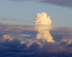 Varm luft har begynt å stige, og vanndampen blir til dråper. Her er det tordenvær på gang. (Foto: Henrik Møgster Espedal)