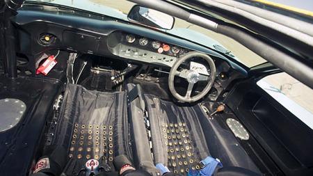 Interiøret i en Ford GT40 er ikke akkurat luksuriøst, i hvertfall ikke på de bilene som opprinnelig var rigget for racing, som denne lettvekt-utgaven fra 1968. (Foto: RM Auctions)