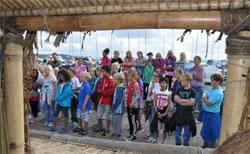 Kjekt å begynne skoledagen igjen med besøk på en balsaflåte! (Foto: Stine J.C.Solberg)