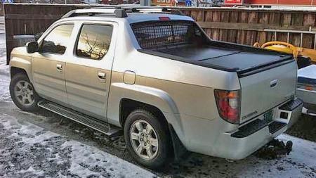 Stor pickup-kasse med rimelig tett lokk og temmelig bøs fremtoning gjør Honda Ridgeline til en like tøff som sjelden bil på norske veier. (Foto: Finn.no)