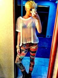 PUNK: Miley sjokkerer med sin nye hårfrisyre og rockestil. (Foto: PLANET PHOTOS, ©PLANET PHOTOS)