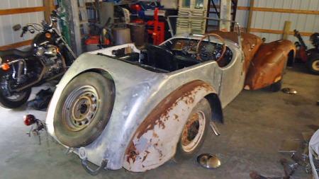 Stål-delene av karosseriet har blitt brunt på overflaten etter   30 års ubeskyttet lagring, men klimaet i Arizona har likevel bevart bilen   som et greit utgangspunkt for restaurering - en jobb som egentlig startet   for 30 år siden. (Foto: eBay)