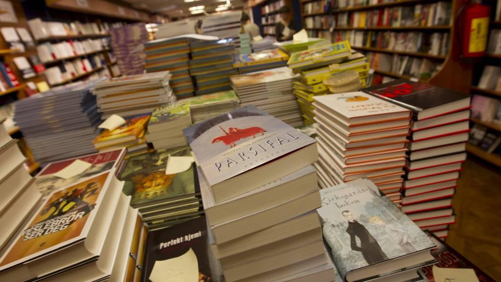 DIGITALT BIBLIOTEK: 250.000 bøker skal gjøres tilgjengelig for alle med norsk IP-adresse. Bildet er fra Mammut-salget på Norli i Oslo i 2012. (Foto: Holm, Morten/NTB scanpix)