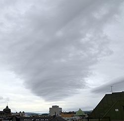 Mot sør er det noen lange bølger høyt oppe. Det er skyene i varmfronten som er formet av fjellene lenger vest. (Foto: Espen Eide)