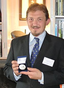 Rune Gjeldnes med Mungo Park Medal. (Foto: Privat)