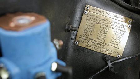 Dataplaten med patentnumre for Ferguson Formula er naglet fast til støtdempertårnet, og maner i seg selv til en ekstra kikk under bilen. (Foto: eBay)