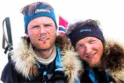Torry Larsen og Rune Gjeldnes når land i Canada etter 109 døgn på Polhavet. (Foto: AO2000)
