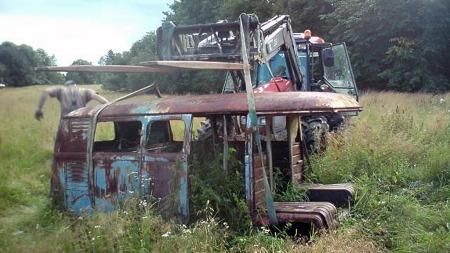 Forleden ble restene av den gamle rørleggerbilen hentet fra sitt formodet siste hvilested på det som en gang var tunet på et forlengst fraflyttet småbruk i Indre Østfold. Der hadde den stått siden i 1963. (Foto: Jul-Sverre Haugerud)