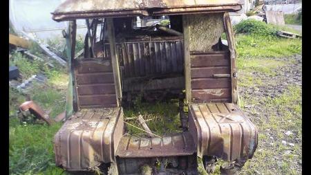 Hele snutepartiet er kappet av bilen, trolig for å holde en annen bil på veien etter skade for flere tiår siden. Men bilen er likevel verdig en restaurering, mener dagens eier - den tredje i rekken siden 1952. (Foto: Jul-Sverre Haugerud)