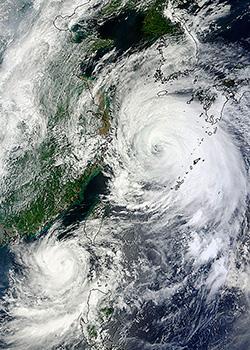 Tyfonene Tembin, lengst sør, og Bolaven fotografert 27. august. (Foto: NASA)