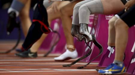 100 METER: Deltakerne i kvinnenes 100 meter T44 forbereder seg til start. Marlou van Rhijn (nest ytterst til høyre) løp inn til ny verdensrekord i løpet på 13.27. (Foto: Matt Dunham/Ap)