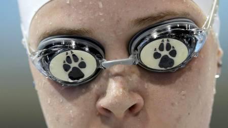 BRILLEFIN: Synshemmede Amber Thomas forlater bassenget etter 100 meter rygg i S11-kategorien. (Foto: ANDREW WINNING/Reuters)