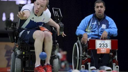 BOCCIA: Storbritannias Daniel Bentley (t.v.) konkurrerer i Boccia i mixed-konkurransen. (Foto: BEN STANSALL/Afp)