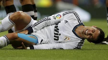 BLE SKADET: Cristiano Ronaldo måtte forlate banen etter å ha   blitt taklet av Borja Gómez. (Foto: PAUL HANNA/Reuters)