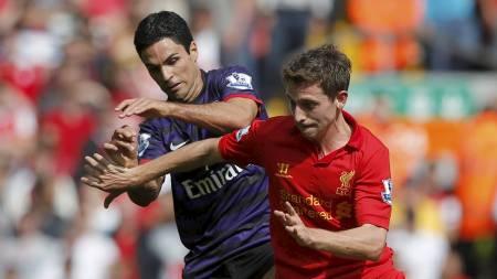 VANT MIDTBANEKRIGEN: Mikel Arteta og Arsenal gikk seirende ut av duellen mot Joe Allen og Liverpool. (Foto: PHIL NOBLE/Reuters)