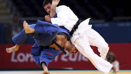 JUDO: Russlands Victor Rudenko i kamp med Aserbajdsjans Bayram Mustafayev i judo-konkurransen. (Foto: EMPICS Sport/Pa Photos)