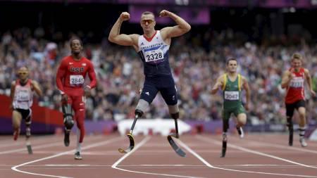 VISTE MUSKLER: Storbritannias Richard Whitehead feirer etter å ha gått til topps i mennenes 200 -meterfinale i T42-klassifiseringen. Whiteheads vinnertid ble 24.38. (Foto: Lefteris Pitarakis/Ap)